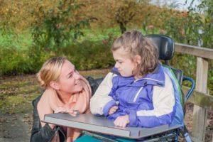 enfant polyhandicapé avec une femme à ses côtés -fluxmètre textile